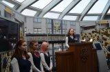Каждый ученик, посетивший Музей имел возможность постоять за символической парламентской трибуной и сфотографироваться  у нее на память.